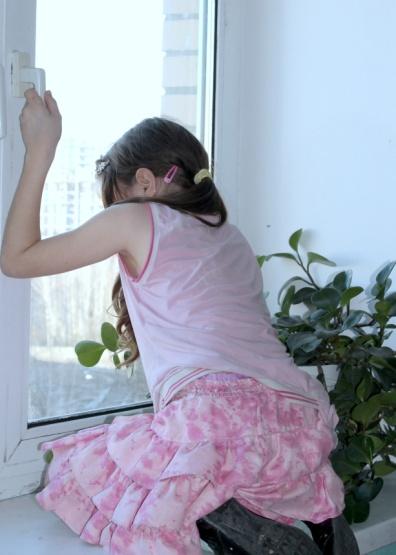 Дополнительная ветрозащита наокна для  безопасности детей