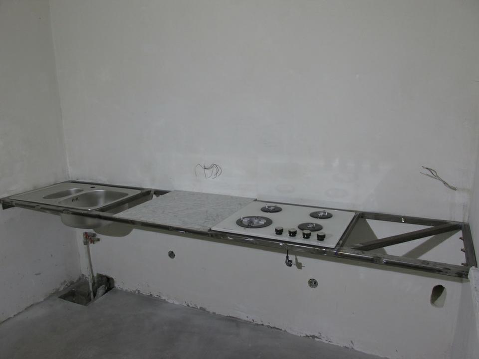 Кухонный рабочий стол наметаллокаркасе, облицованный керамогранитной плиткой