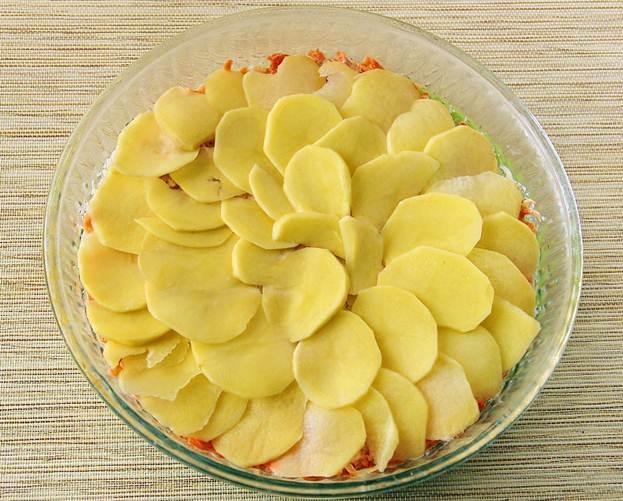 Картофельная запеканочка скурицей. Рецепт про микроволновой печи