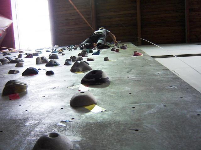 Как изготовить альпинистскую стенку