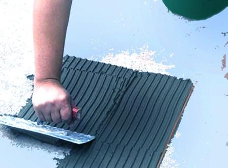 Как единообразно укладывать плитку напол