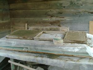 Как самому изготовить бетонные плиты изамостить ими садовую дорожку