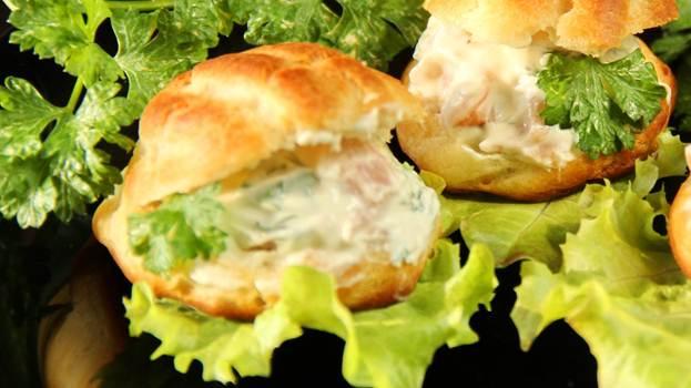 Профитроли скрасной рыбой исливочным творожным сыром
